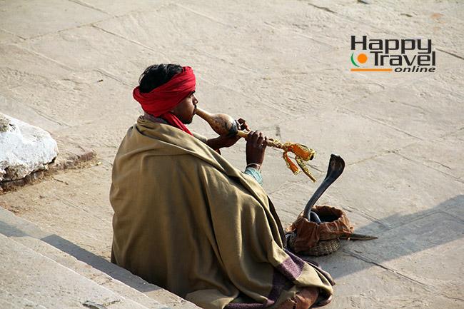 Encantador de serpientes en Varanasi