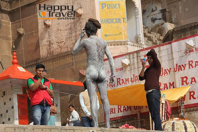 Sadhu posando para el fotografo