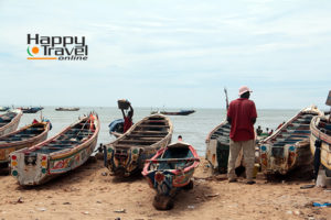 Barcas reposando en la playa de Mbour